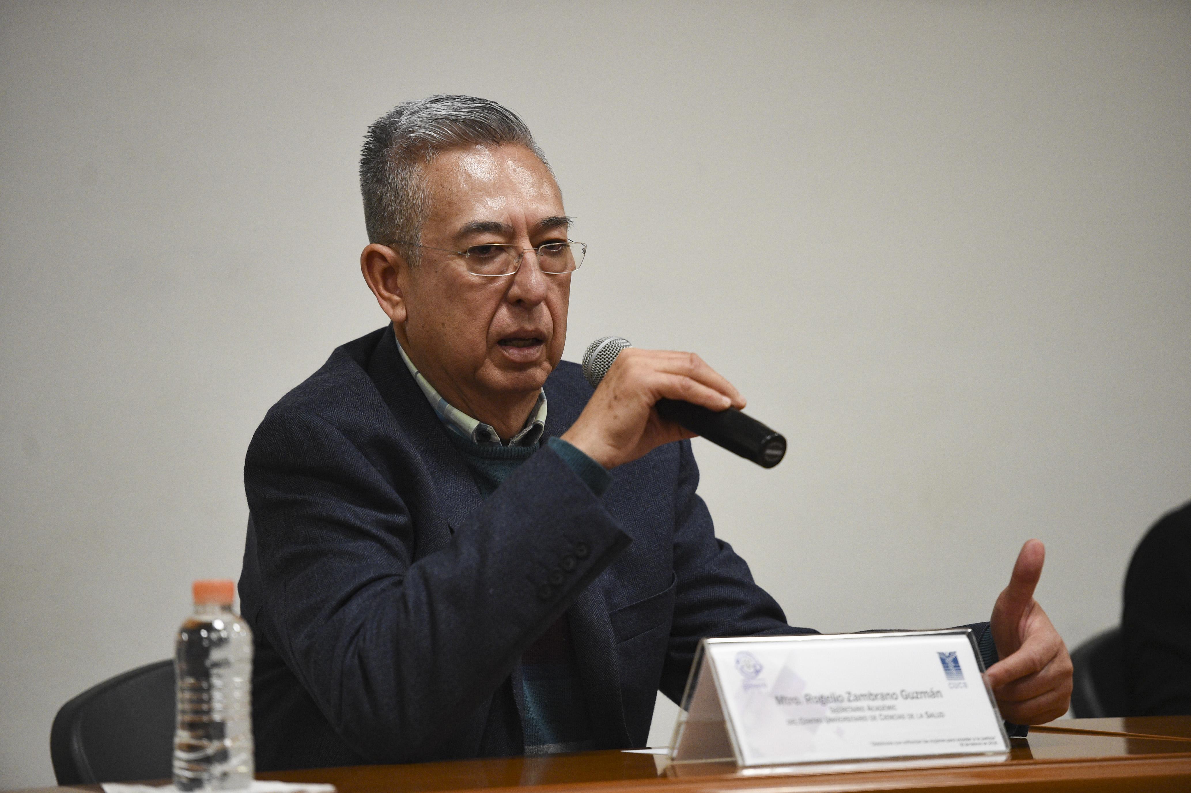 Dr. Rogerlio Zambrano Guzmán, secretario Académico CUCS, dando la bienvenida a la conferencia