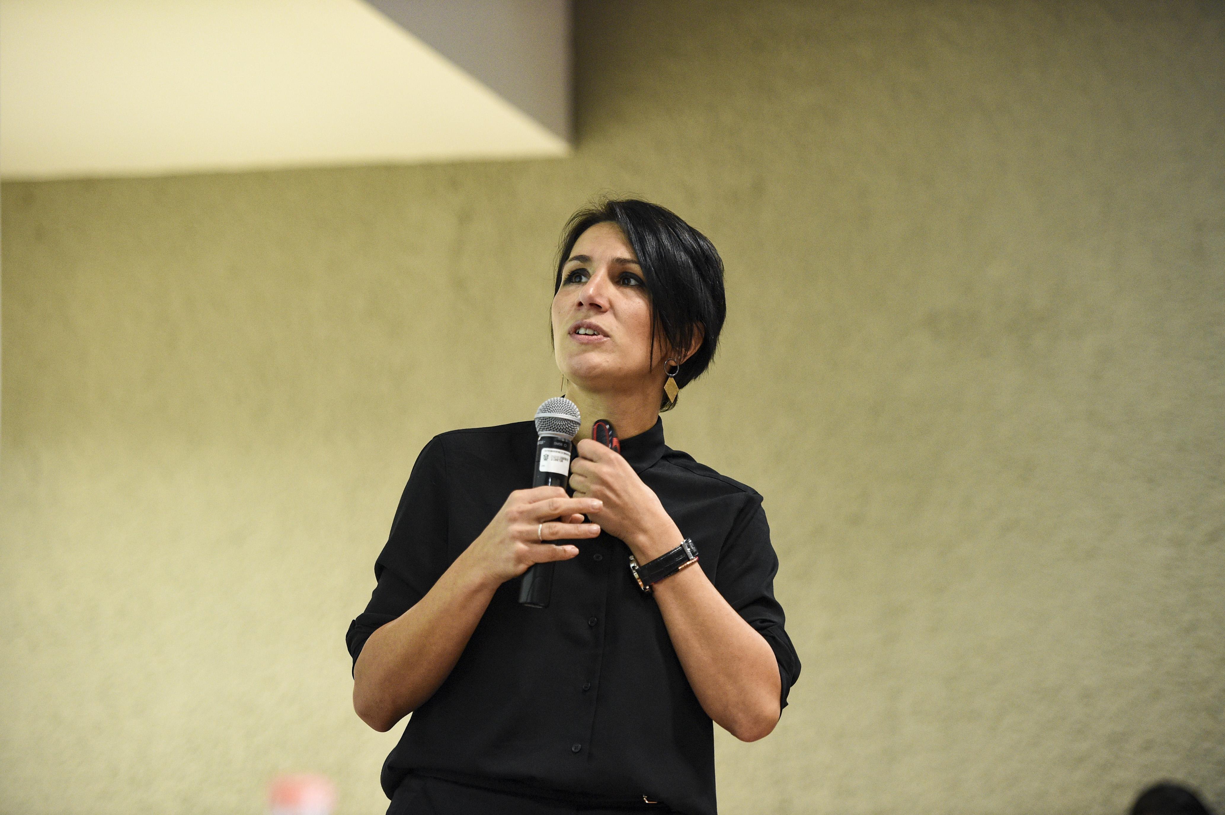 Dra. Ana Pecova dictando conferencia