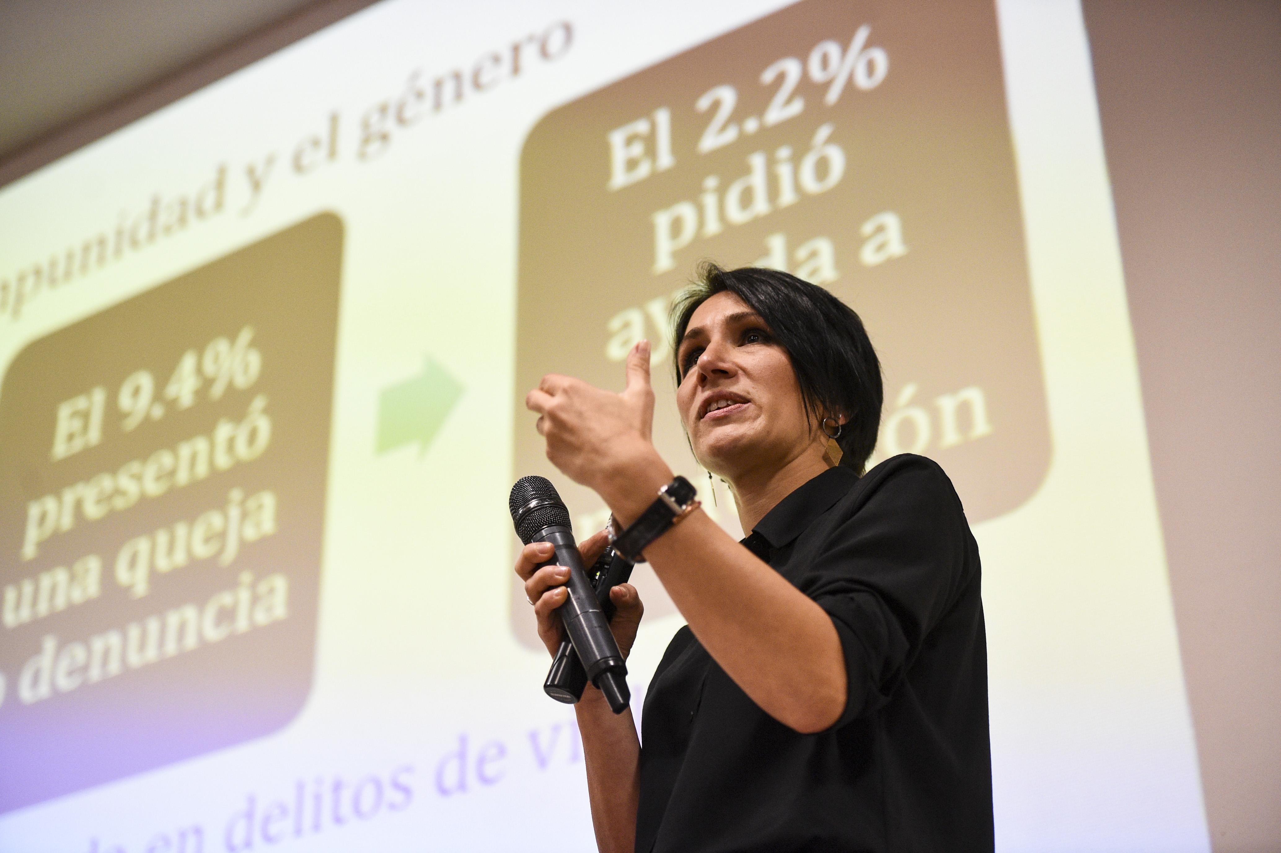 Dra Ana Pecova dictando conferencia 2
