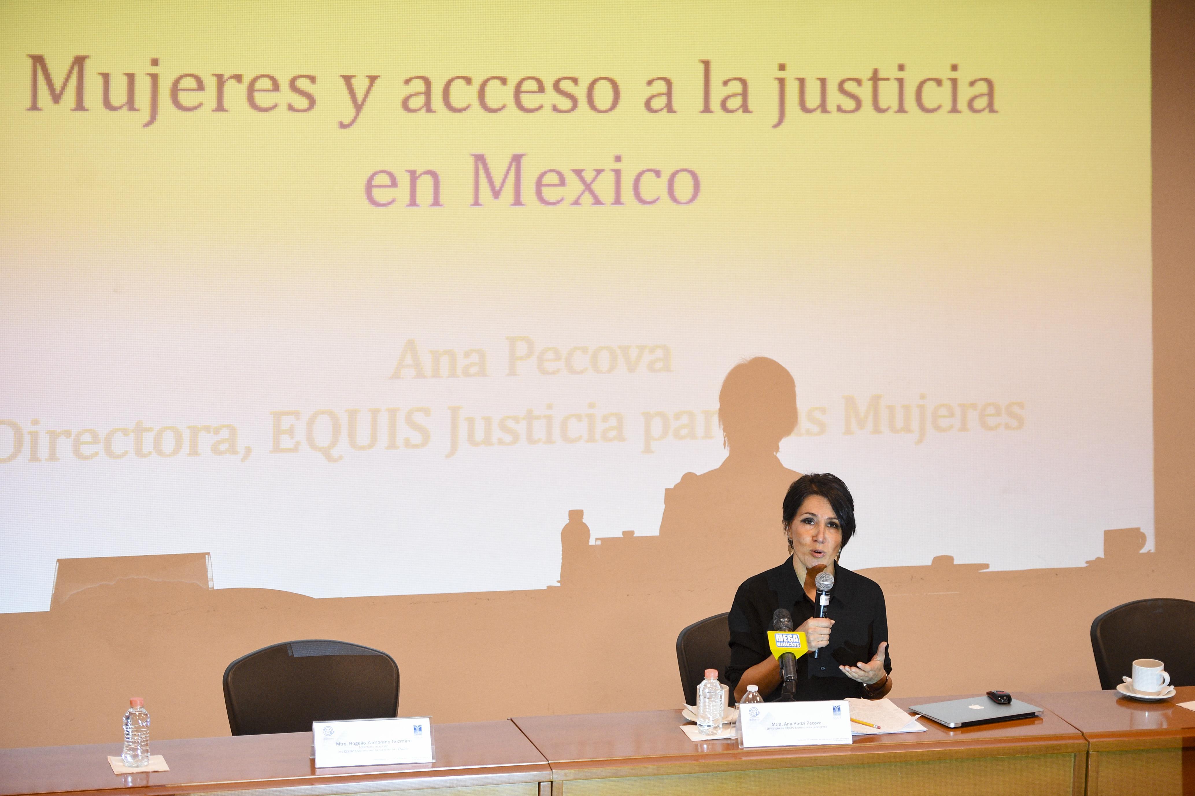 Dra. Ana Pecova dictando conferencia 3