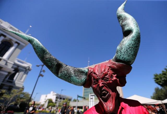 Persona con disfraz y máscara del diablo con grandes cuernos