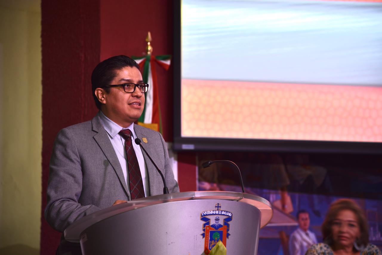 Rector del CUCS dirigiendo mensaje a las graduadas