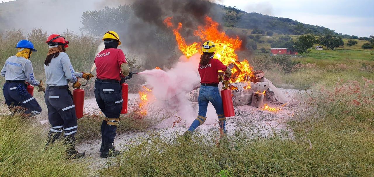 Alumnos en práctica de extinción de fuego en área abierta