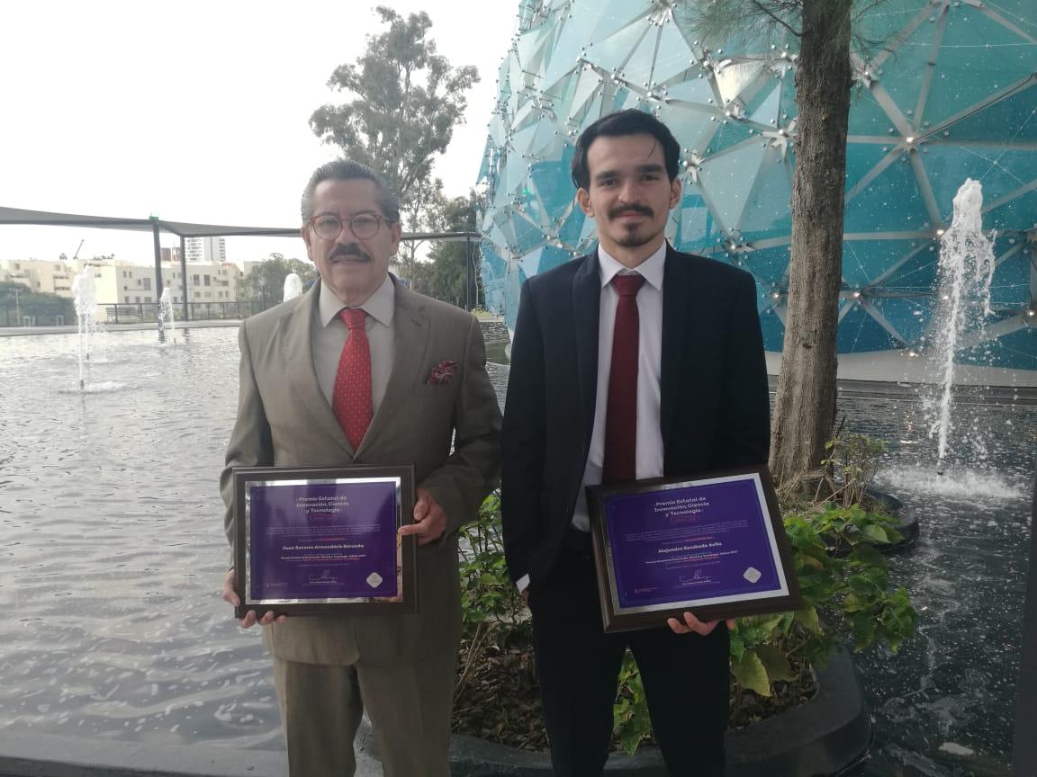 Dr. Juan Armendáriz y Alejandro Escobedo exhibiendo su reconocimieno