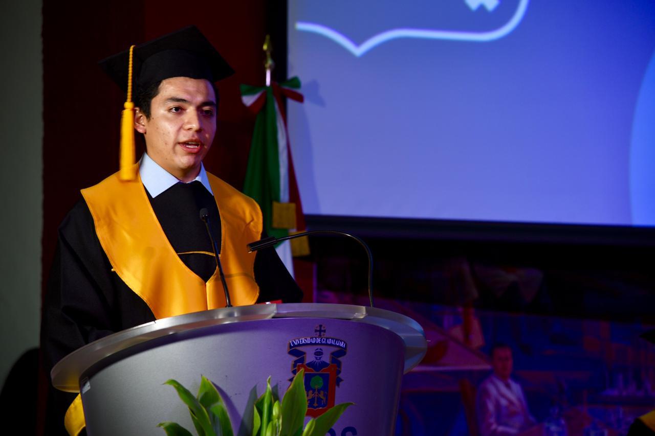 Representante 1 de Generación ofreciendo mensaje a graduados
