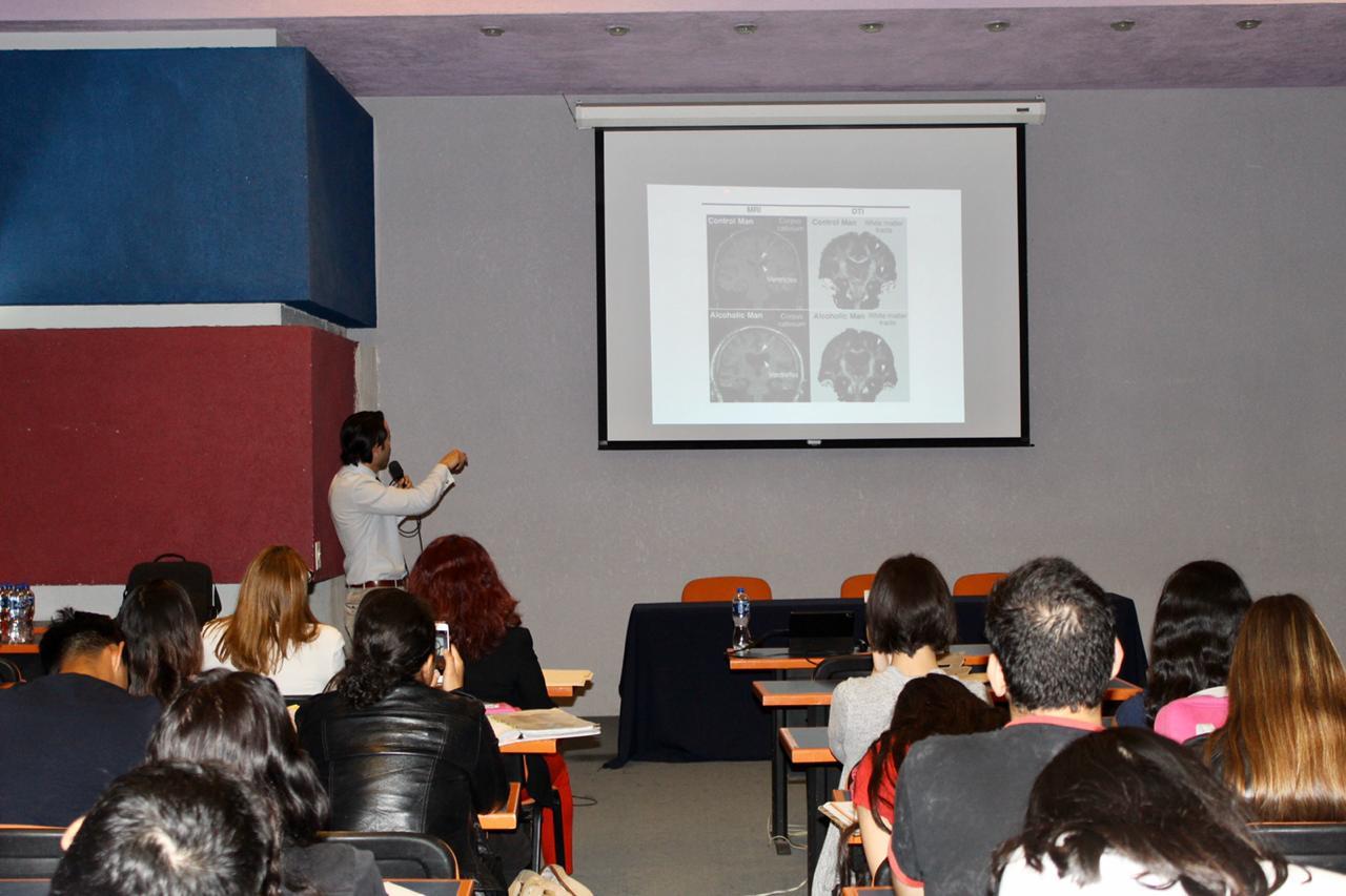 Conferencista indicando con el apuntador hacia una diapositiva