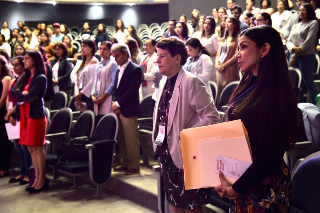 Asistentes al curso de pie durante la inauguración del curso