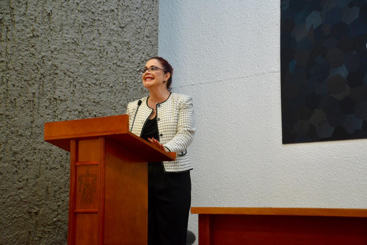 Dra. Norma Araceli Solís impartiendo conferencia