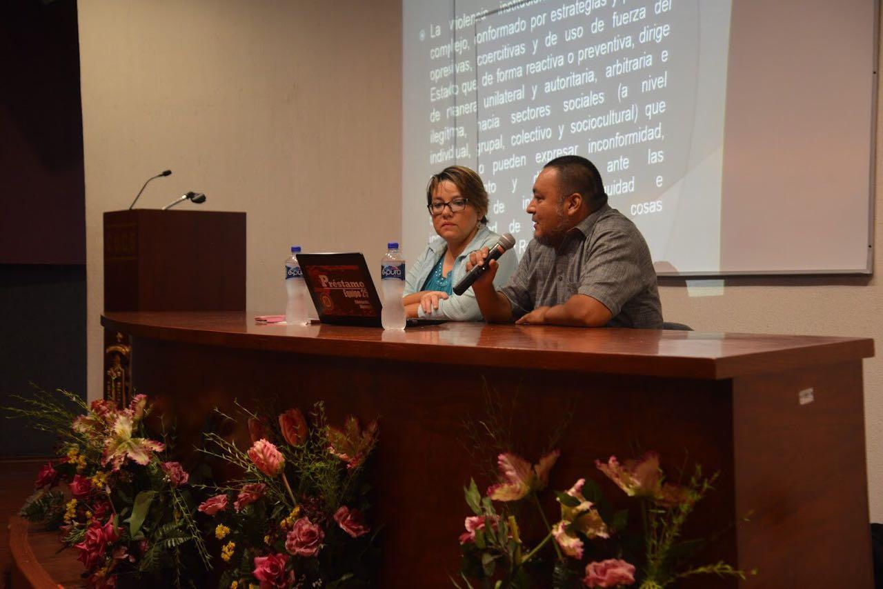 Investigadores de CUCSH impartiendo conferencia en CUCS