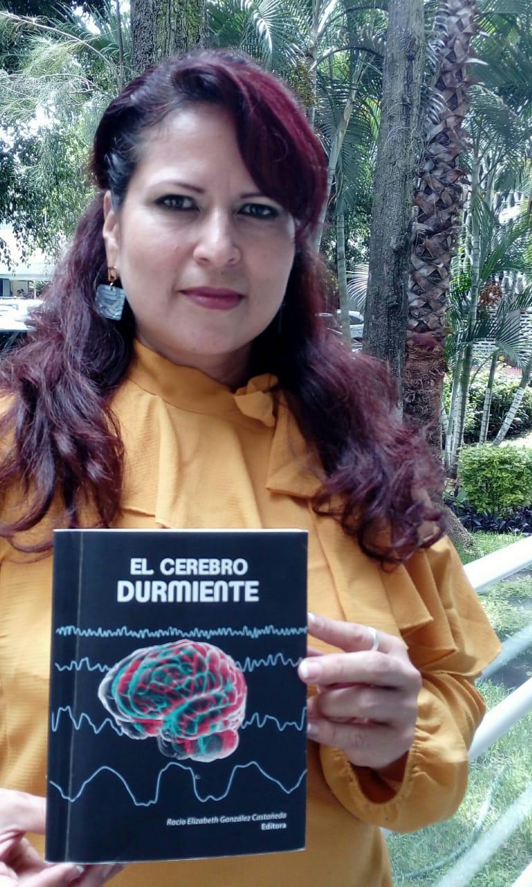 Doctora Rocío González posando con su libro