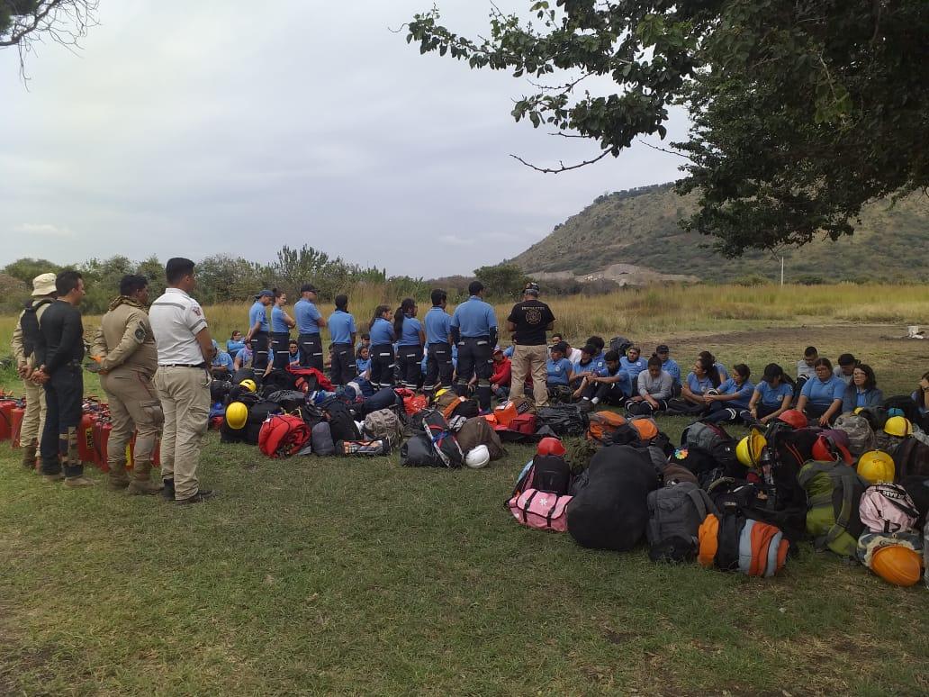 Alumnos recibiendo instrucciones en el campo de prácticas