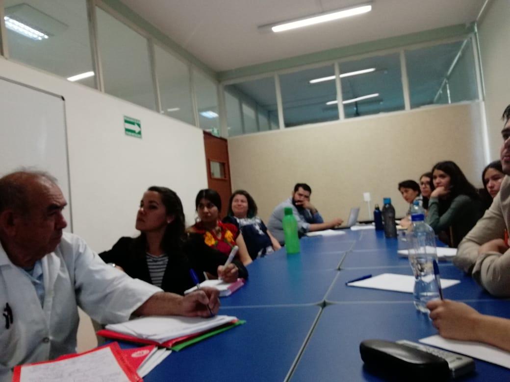 Imagen del grupo de asistentes en torno a una mesa de trabajo durante la impartición del Seminario