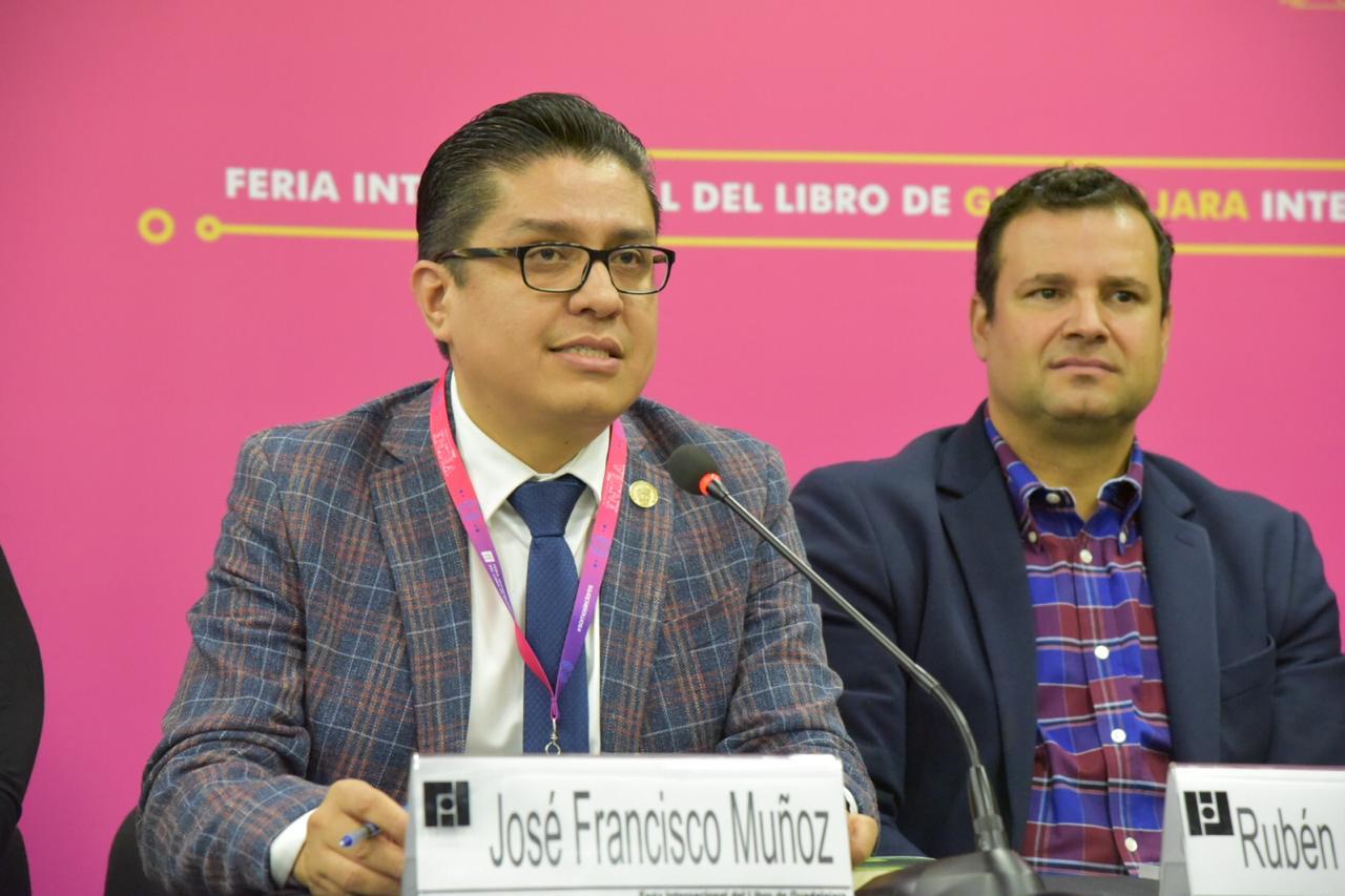 Dr. Francisco Muñoz comentando libro Actualidades en Educación Física y Deporte