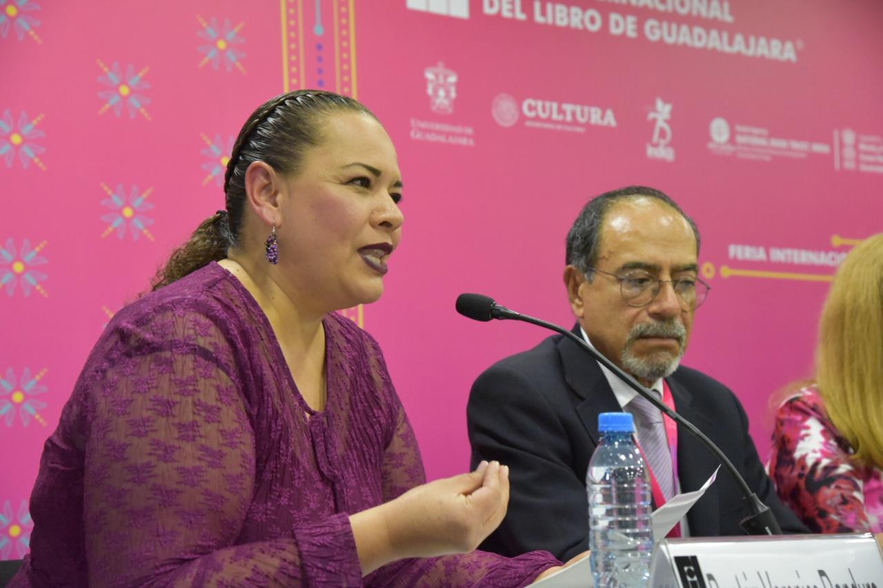 Dra. Beatriz Panduro comentando su libro