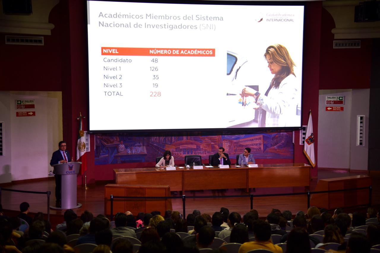 Vista desde atrás del auditorio de diapositiva expuesta por el rector