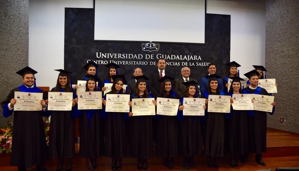 Foto grupal con el grupo de graduados