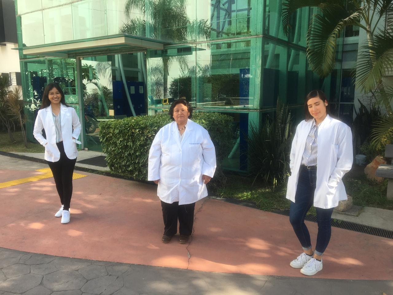 Grupo de ganadoras del Premio Código Ciencia 2020 afuera de la biblioteca