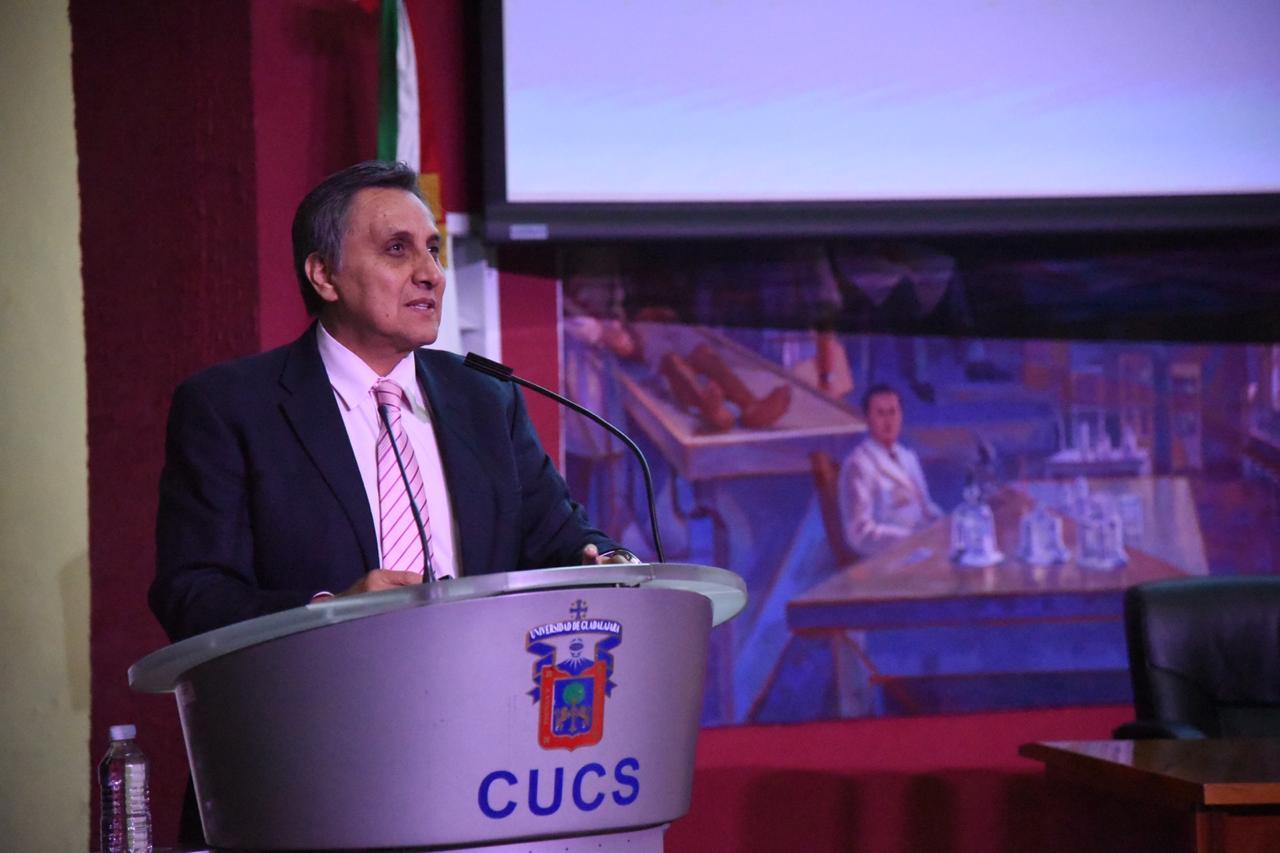 Dr. Guillermo Aréchiga, ponente, al micrófono en el pódium
