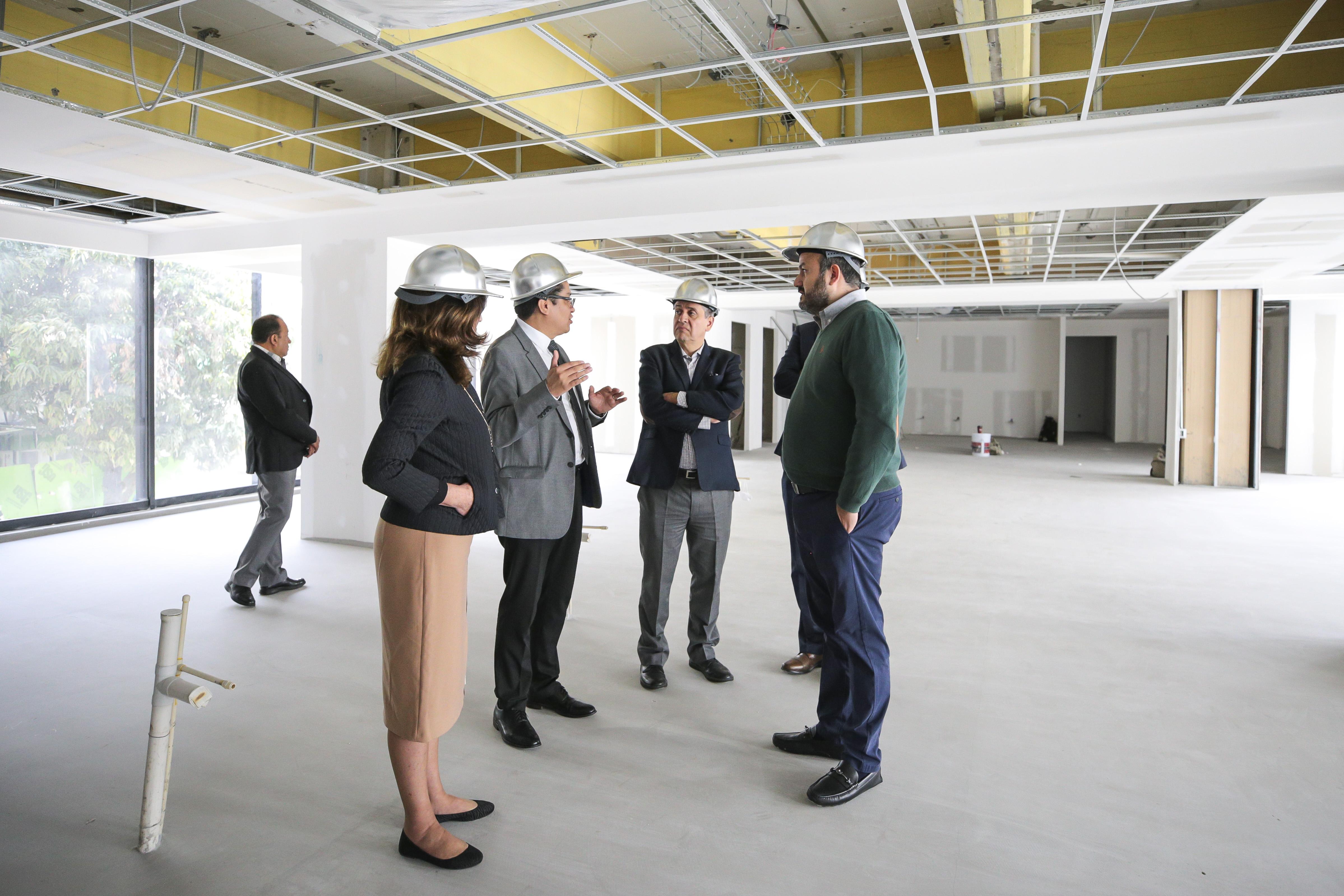 Rector CUCS explicando al rector general objetivos de nuevo edificio