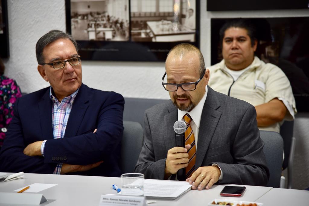 Nuevo coordinador de la Licenciatura en Podología haciendo uso del micrófono