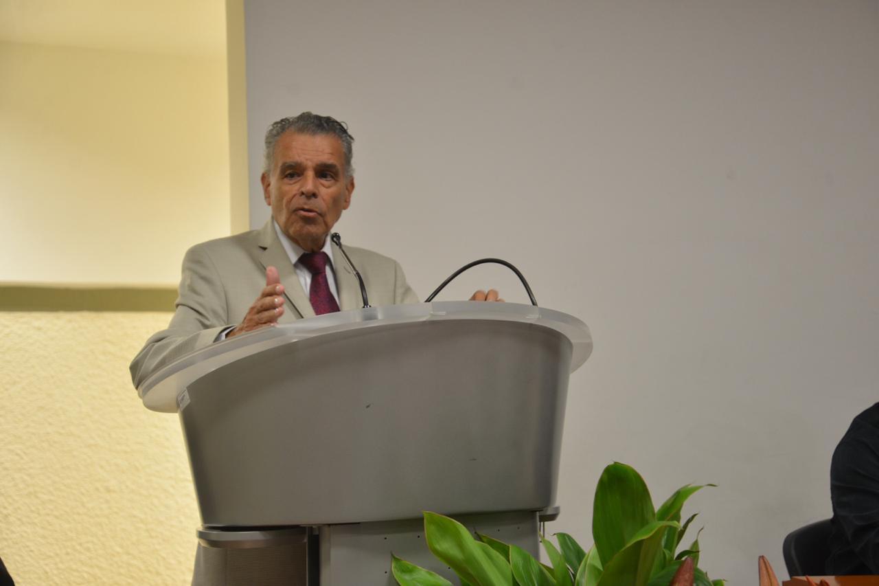 Dr. Luis Manuel Espinosa ofreciendo mensaje en el podio