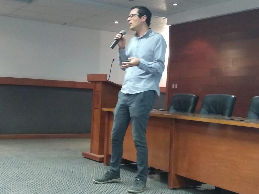 Ponente impartiendo conferencia