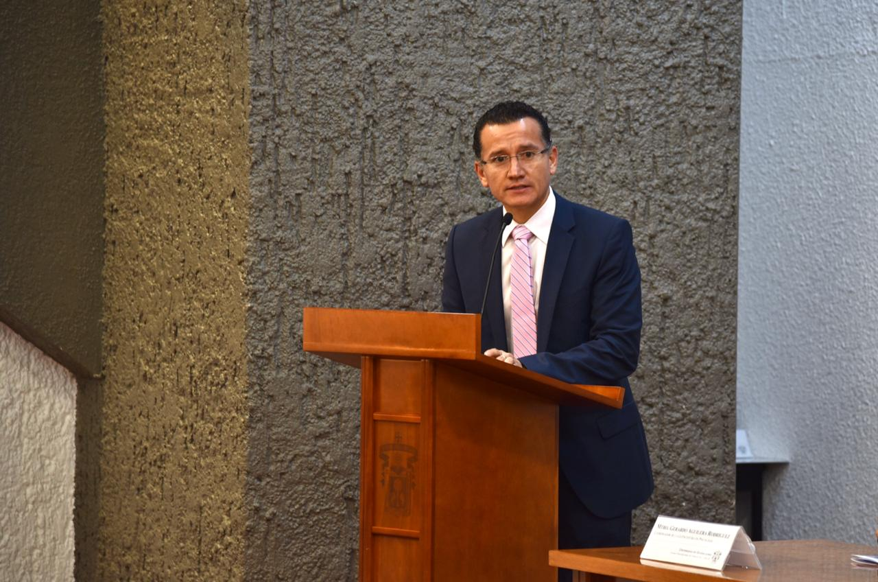 Dr. Eduardo Sánchez ofreciendo felicitación por el 25 aniversario del Departamento de Neurociencias