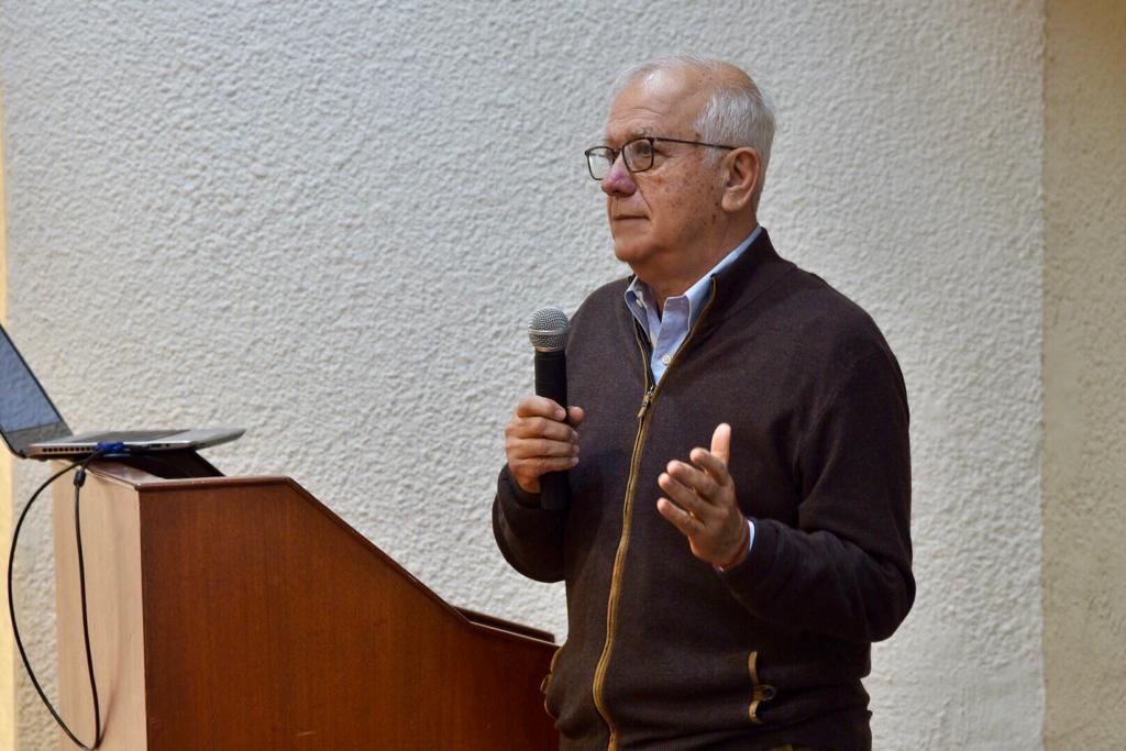 Dr. Felipe Lozano impartiendo conferencia