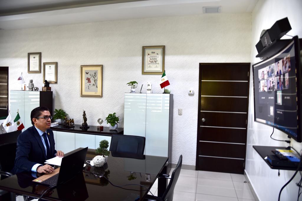Foto del rector de perfil con su monitor al frente, dando mensaje de bienvenida