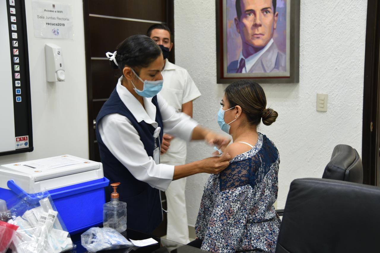 Enfermera aplicando vacuna a personal de Rectoría delCUCS