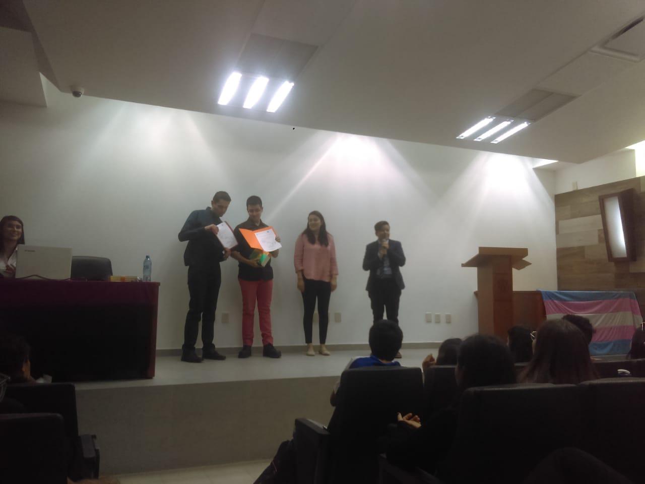 Entrega de reconocimientos por parte de los organizadores