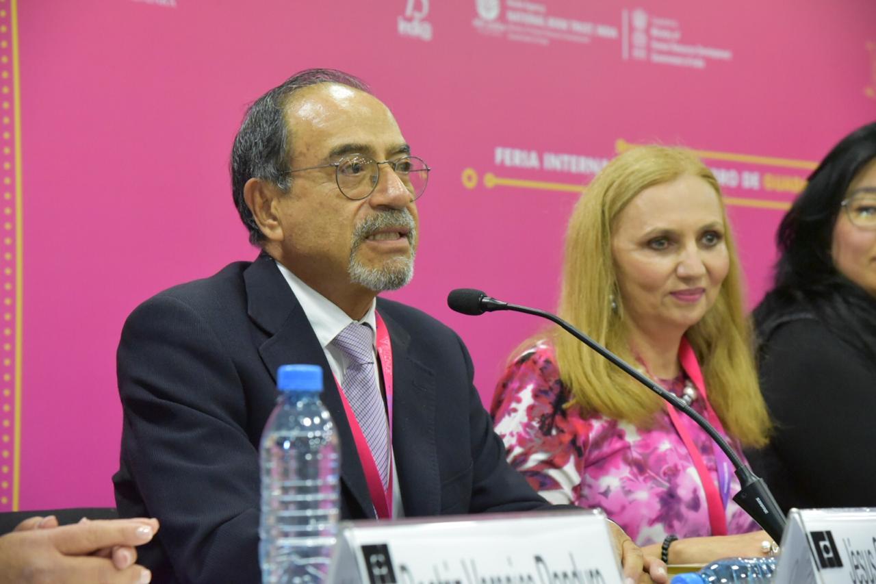 Dr. Jesús Gómez Plascencia comentando su libro
