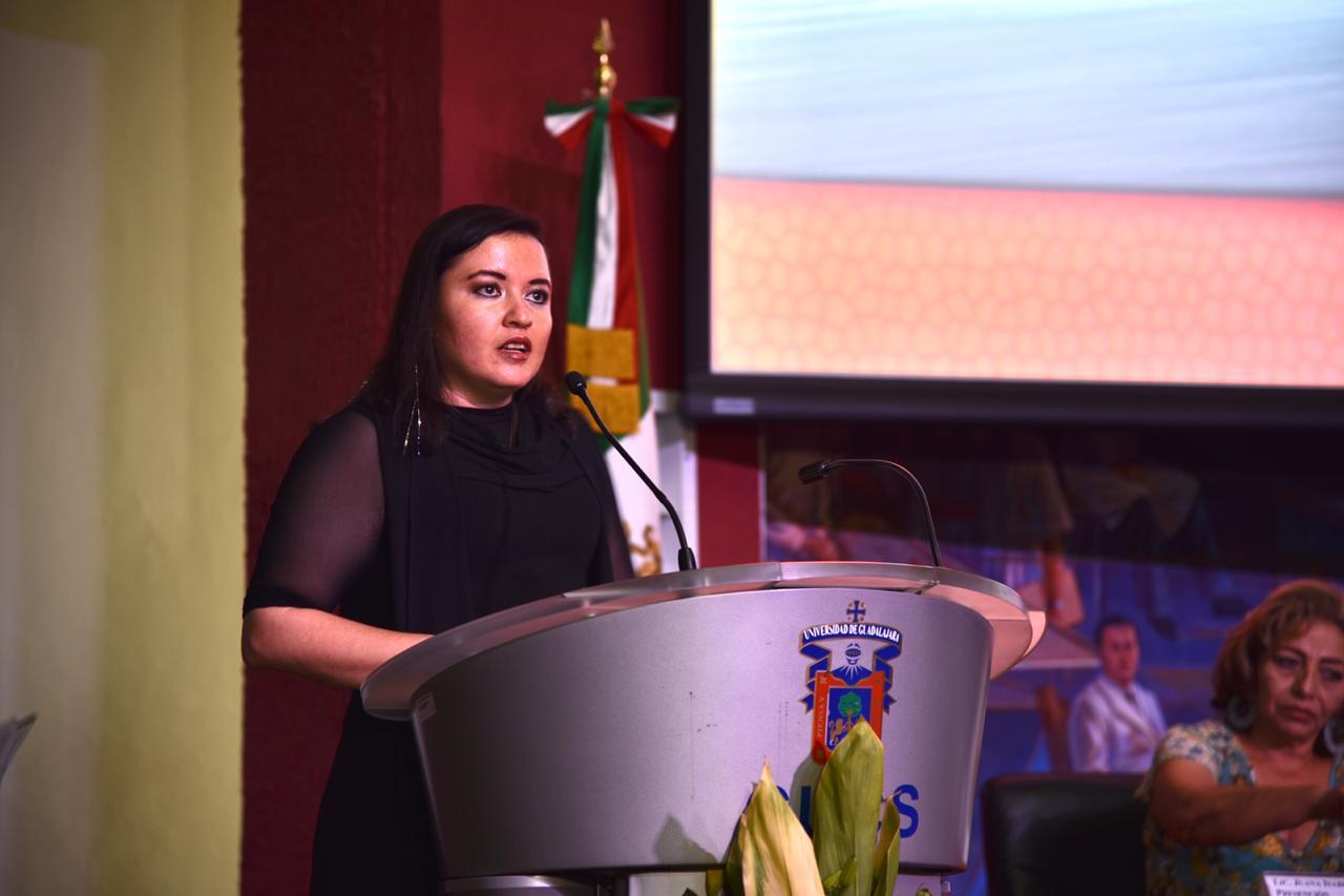Madrina de Generación dirigiendo mensaje a las graduadas