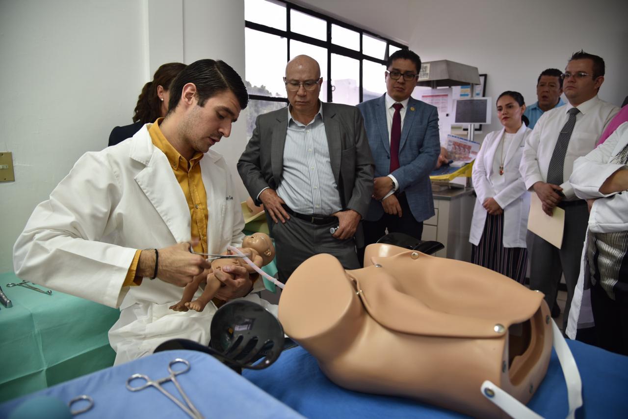 Profesores explican funcionamiento del simulador de parto