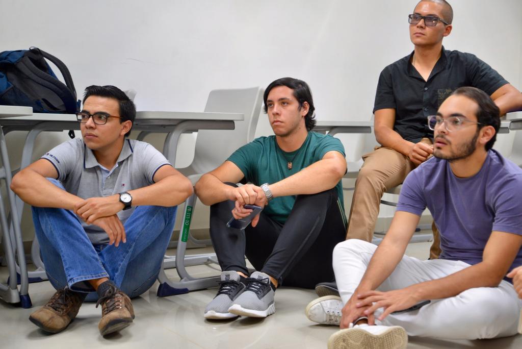 Alumnos atentos durante el conversatorio