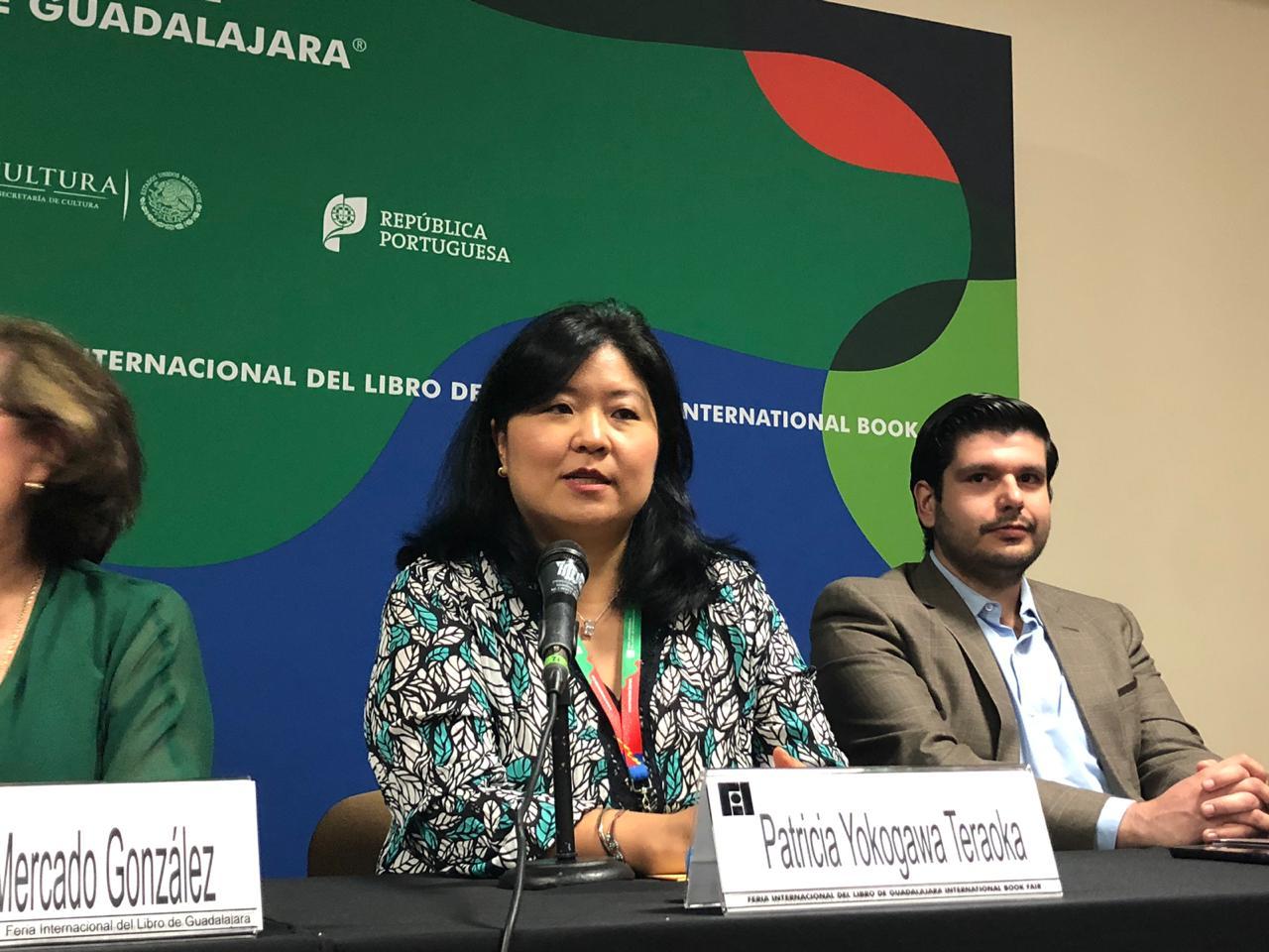 Lic. Patricia Yokogawa al micrófono en el presídium