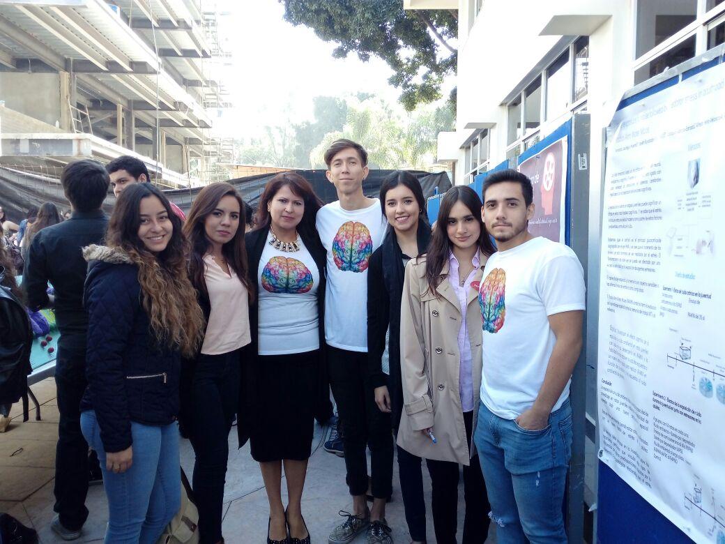 Alumnos particpantes en Expo Neuro junto con la profesora de la materia