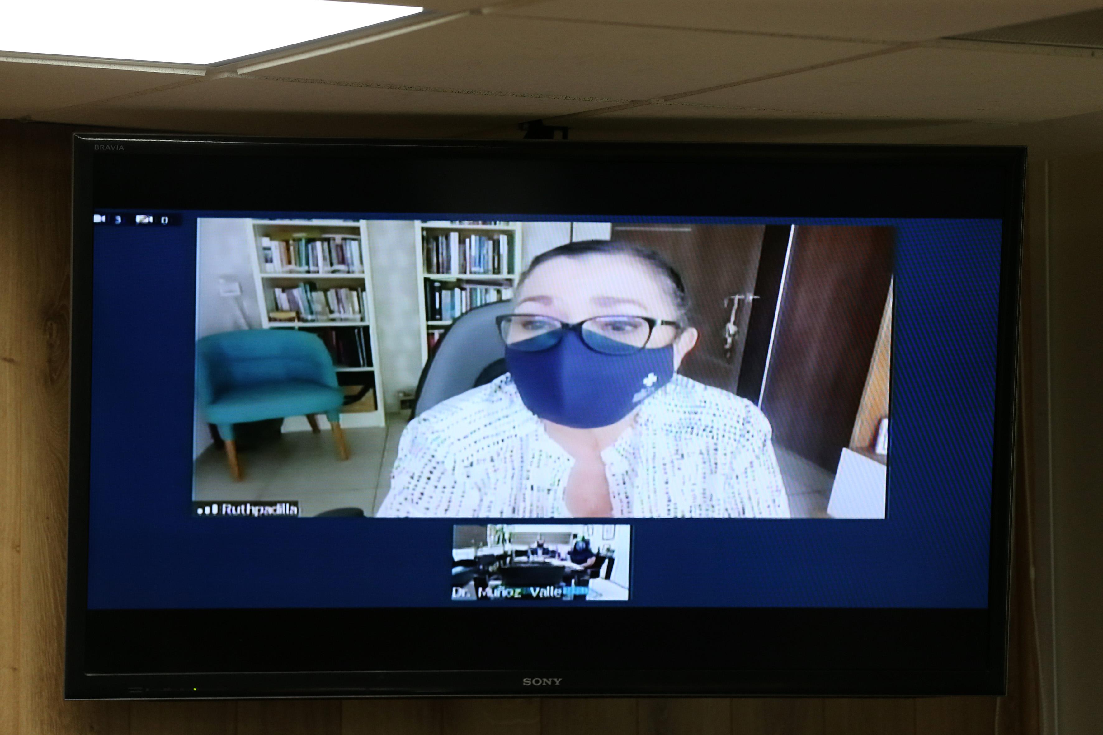 Rectora del CUCEI paticipando vía virtual en la rueda de prensa
