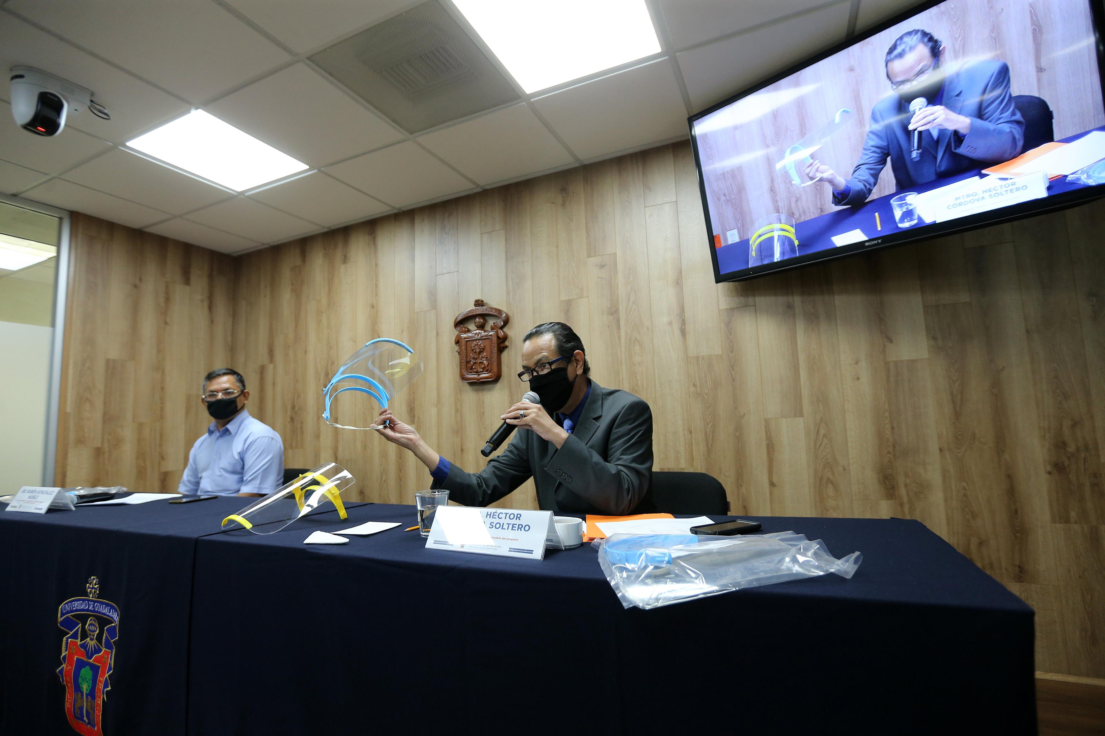 Profesores del CUCEI participando en la rueda de prensa de manera presencial