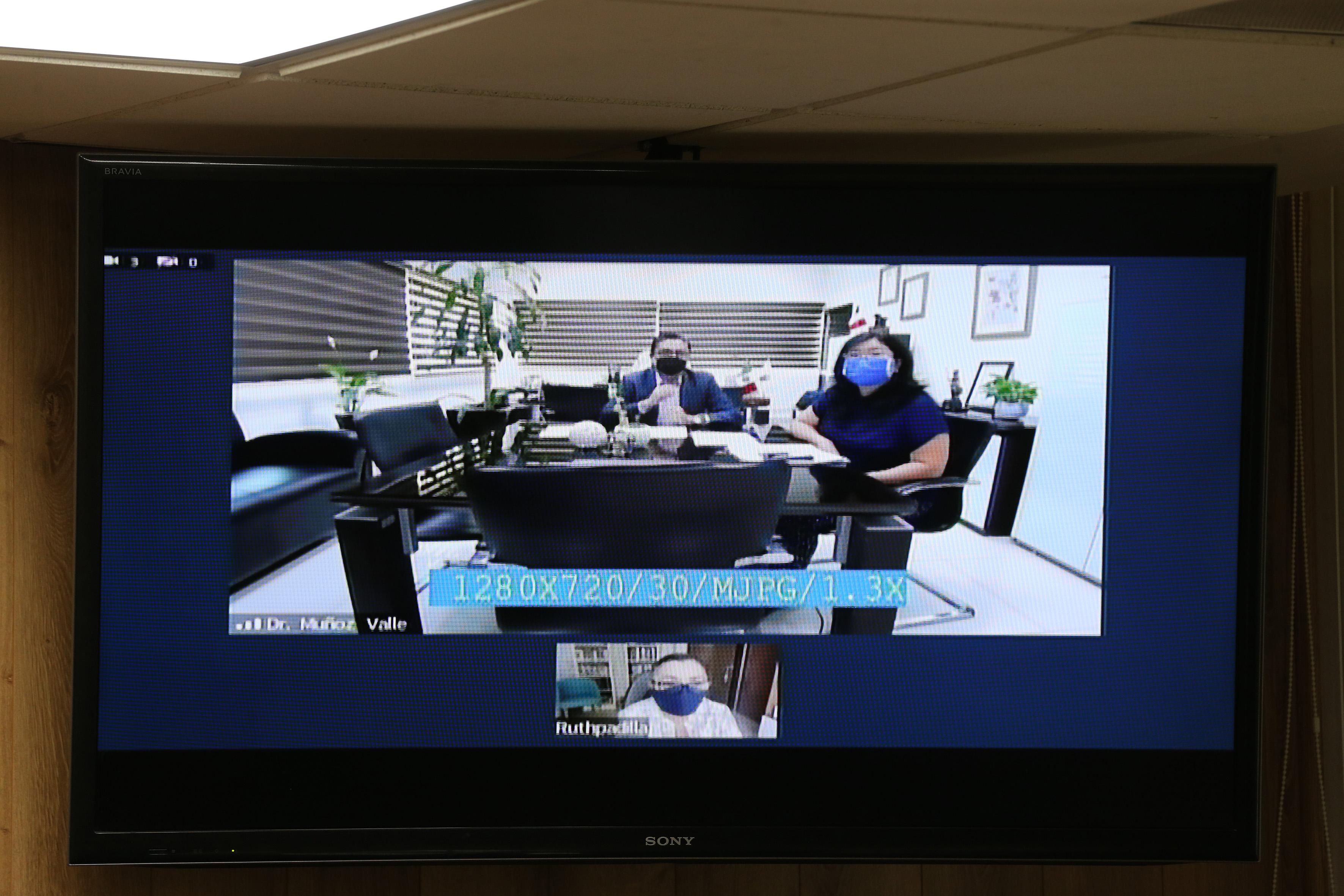 Rector del CUCS y coordinadora de Extensión vía virtual participando en rueda de prensa