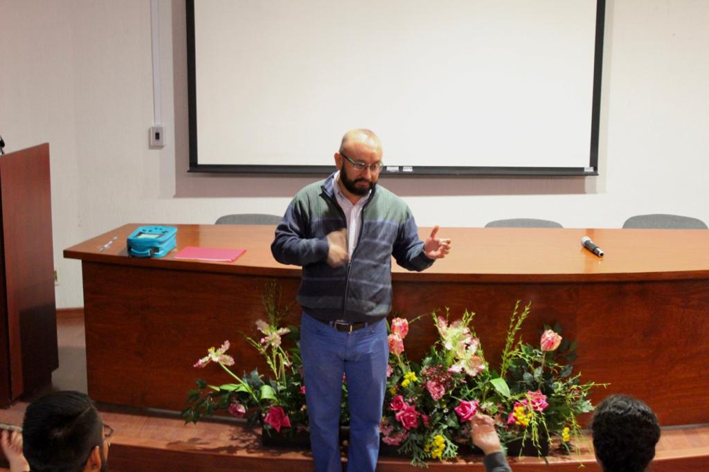 Académico enseñando lengua de señas