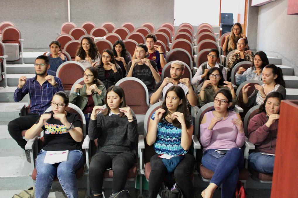 Alumnos desde sus butacas haciendo señas