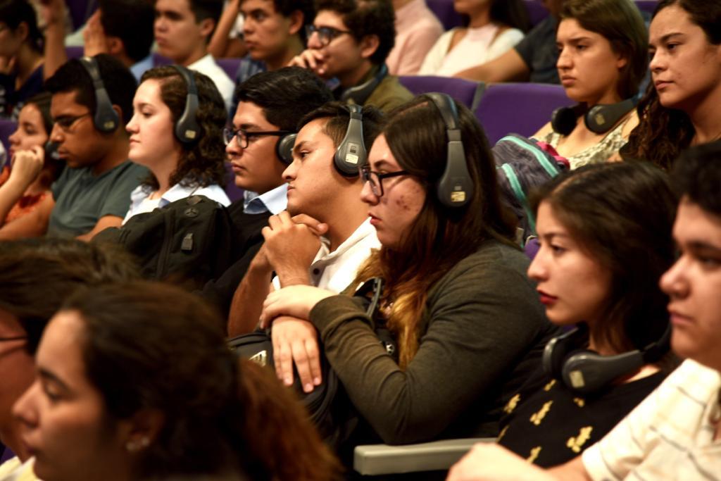 Toma cerrada de alumnos asistentes a la conferencia