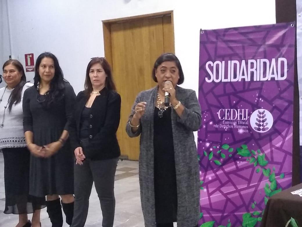 Mtra. de Gante Casas dirigiendo conferencia