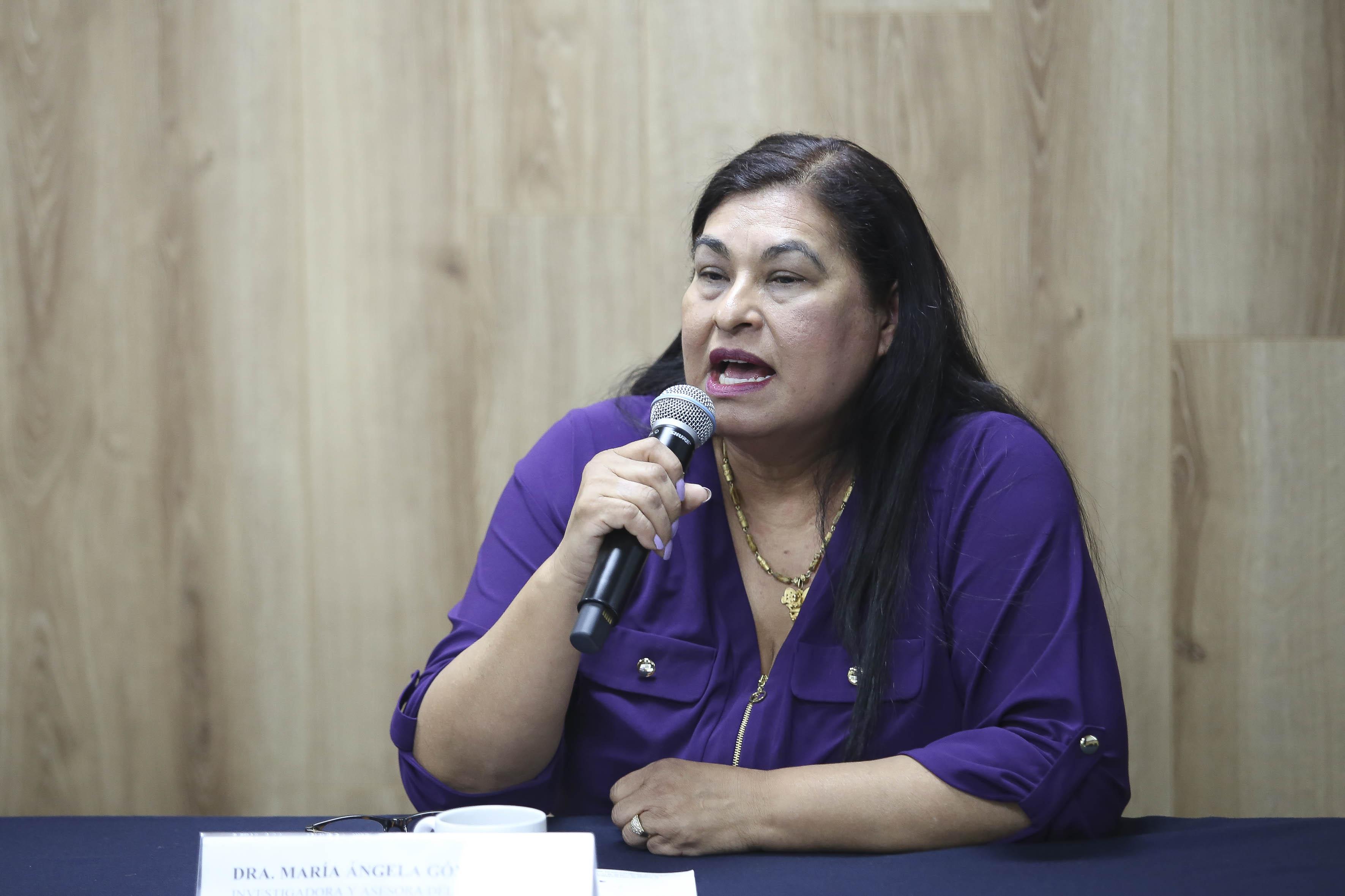 Al micrófono la Dra. Ángela Gómez Pérez