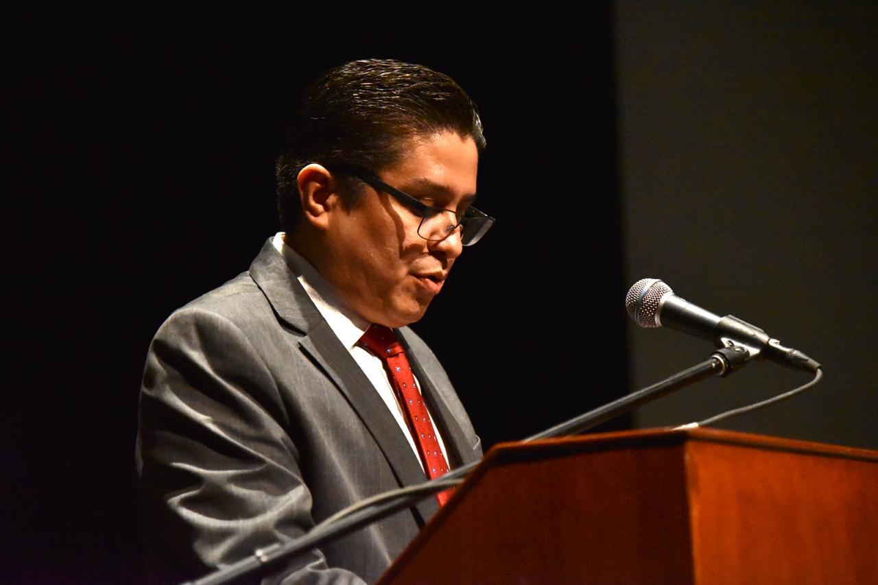 Rector del CUCS al micrófono dando mensaje a sus ahijados