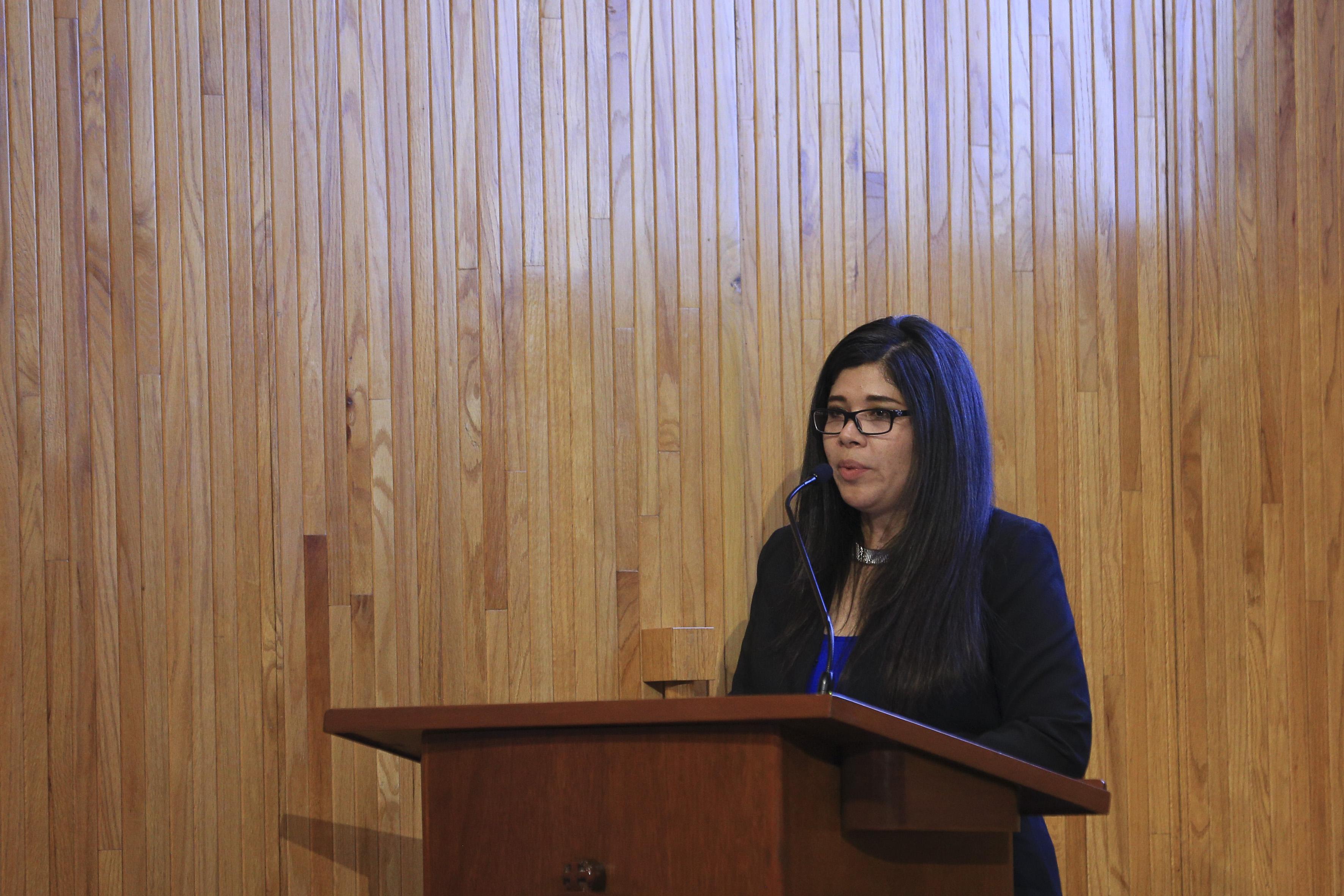 Representante de CENEVAL dando mensaje a estudiantes reconocidos en el Paraninfo