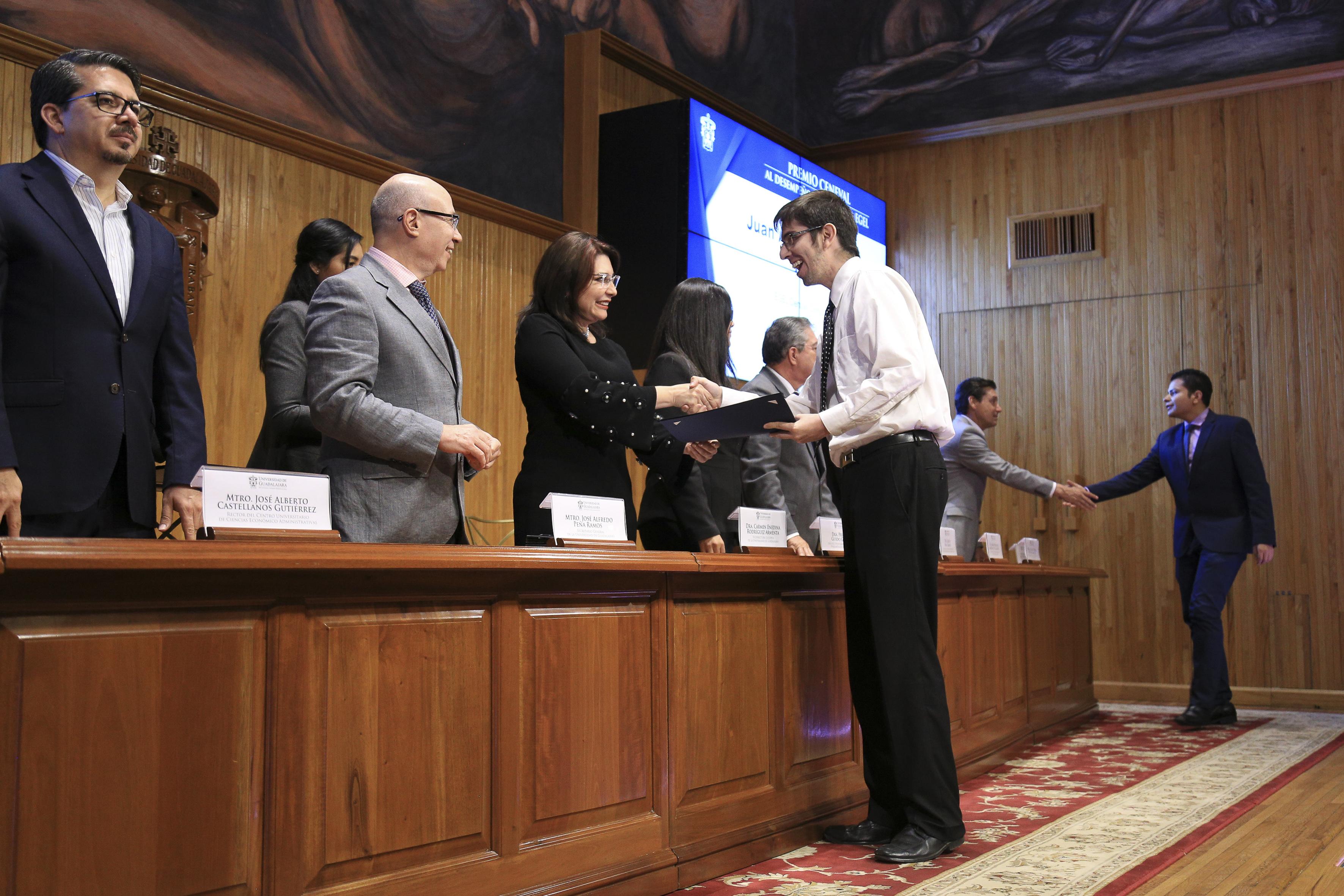 Vicerrectora entregando reconocimiento