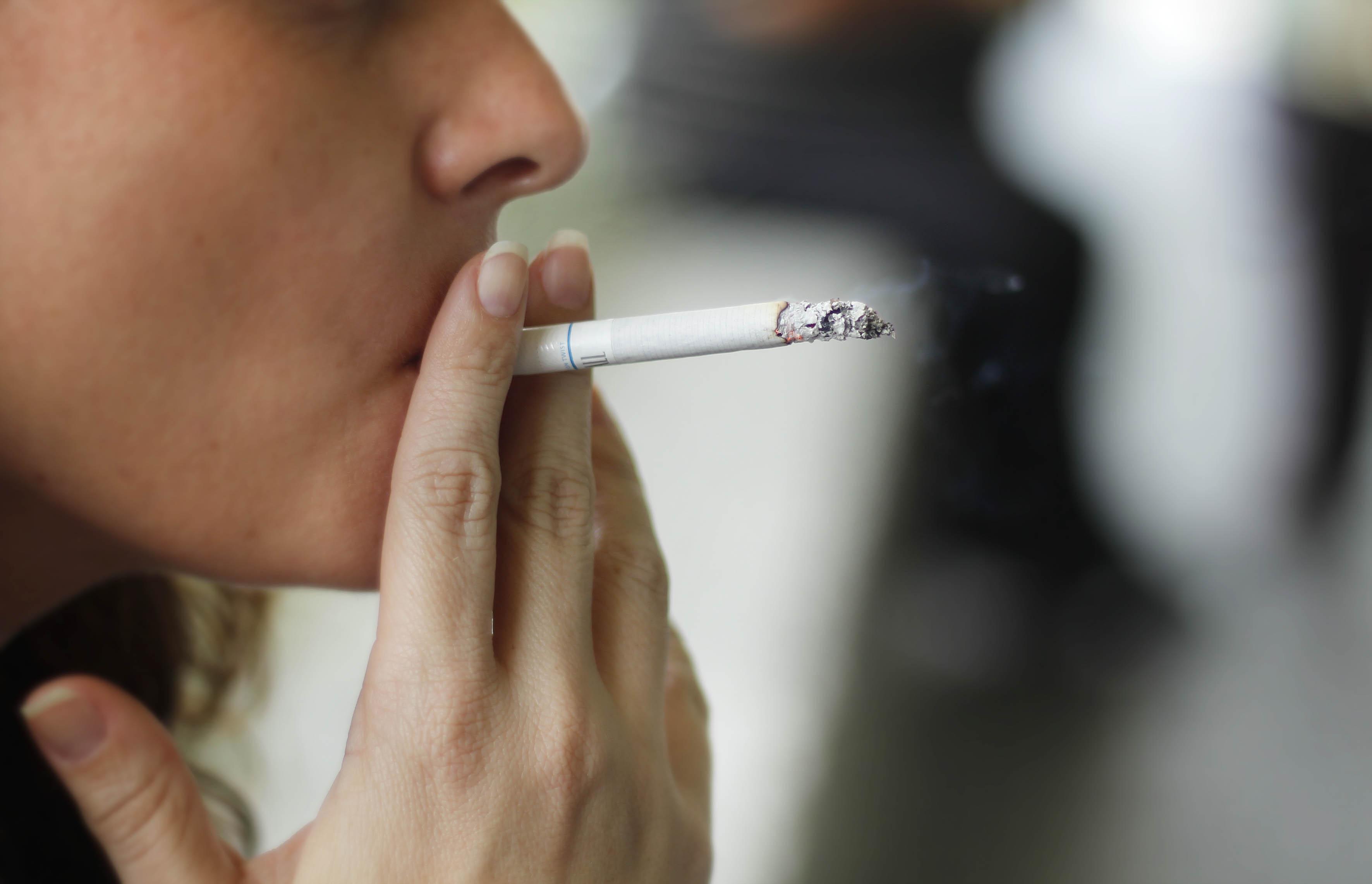 Imagen de una persona joven fumando