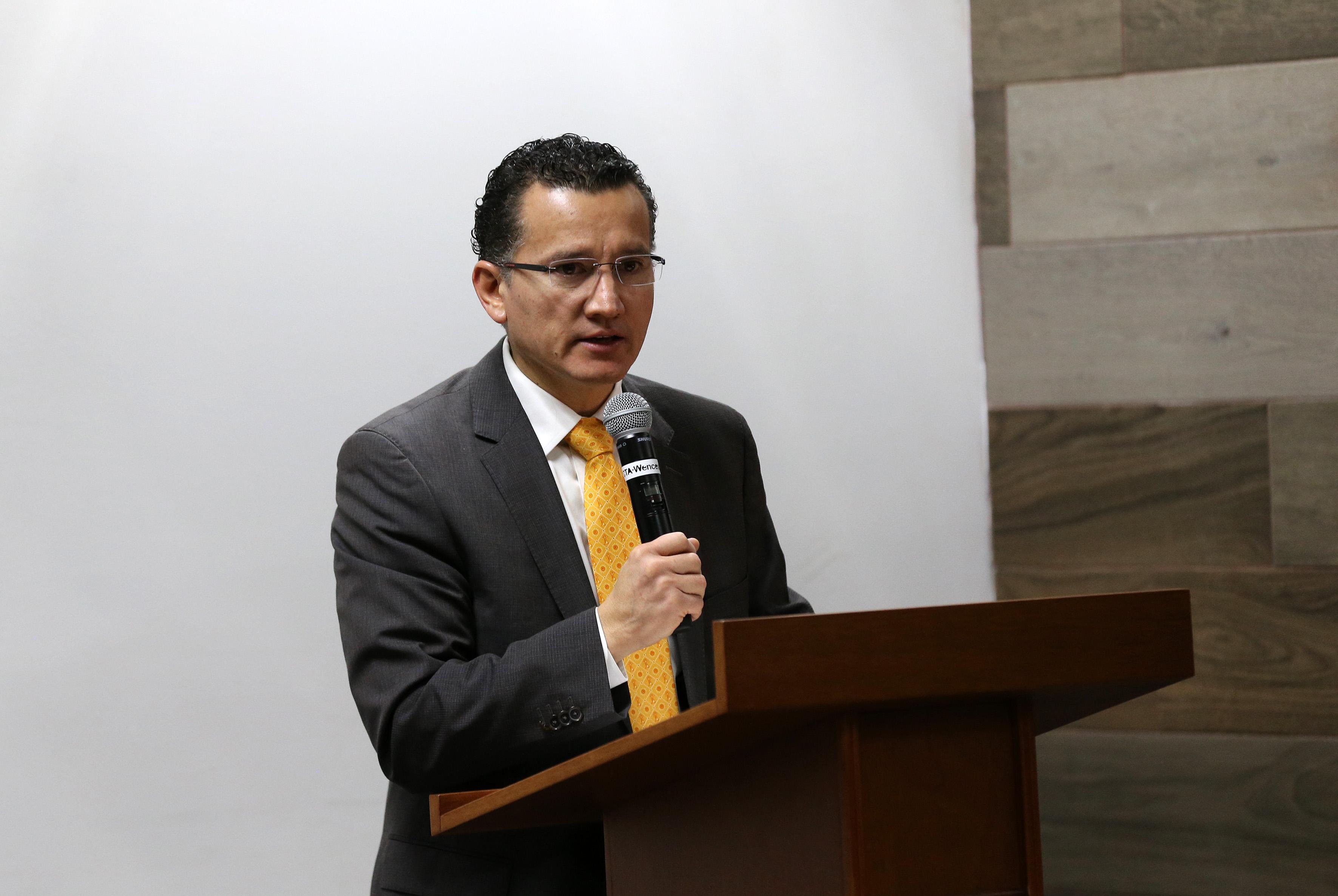 Dr. Eduardo Gómez dando la bienvenida a los asistentes